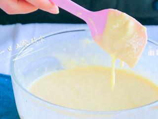 宝宝快手蛋糕,用刮刀切拌拌匀,不要划圈搅拌,所谓切拌类似于炒菜,右手抄进去挑起来,左手不停转动碗。
