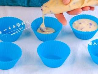 宝宝快手蛋糕,放入裱花袋挤入模具中,放裱花袋中是想方便的直接挤挤挤,不会弄到桌上和模具边,没有可以省略放进裱花袋中。