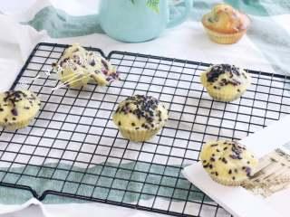 宝宝快手蛋糕,蒸出来的偏水润,烤出来的干一点香一点。偏扎实口感的蛋糕,想想马芬,就是那样的。