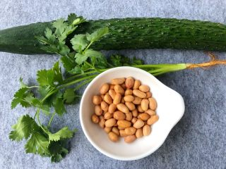 香辣口水鸡,花生米30g,香菜2棵,黄瓜250g