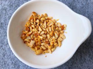 香辣口水鸡,花生米炒炸香晾凉以后去皮,用刀压碎,装小碗里待用