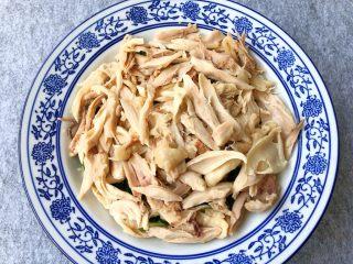 香辣口水鸡,鸡腿浸泡好撕成小块放到黄瓜上面