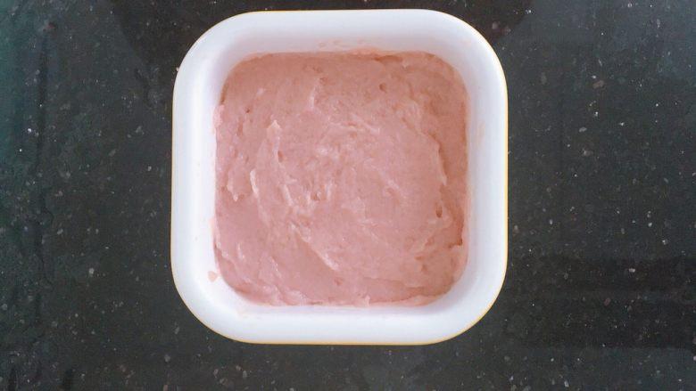 宝宝版午餐肉,把肉泥放入容器中压实