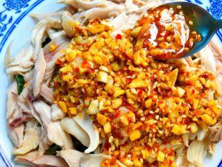 香辣口水鸡,用勺子浇上调好的酱汁