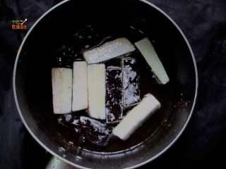 馋嘴蒜香茄条,锅里放适量油,烧到8分热时放入茄子