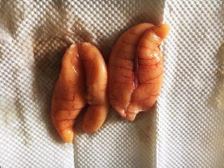 鱼籽炒鸡蛋,将鱼籽清洗干净,用厨房用纸吸干水分。