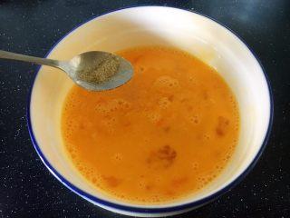 鱼籽炒鸡蛋,放入少许的姜粉(姜汁)。