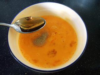 鱼籽炒鸡蛋,放入1小勺的料酒。