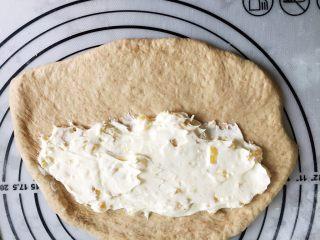 咖啡凤梨奶酪软欧包(液种发酵法),在面饼一侧涂上奶酪凤梨酱,不易太多,把面饼从奶酪馅一侧起卷成卷,收口要收紧,戳成长条,头尾相连,卷成圈进行二次发酵,25度60分钟,一个人操作,不方便拍照,大家脑补一下