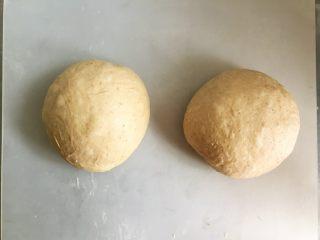 咖啡凤梨奶酪软欧包(液种发酵法),排气后的面团搓圆后盖保鲜膜室温醒发30分钟