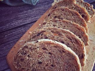全麦核桃咖啡软欧包(液种发酵法),切开一个面包,组织是不是很漂亮,非常好吃有营养的杂粮包