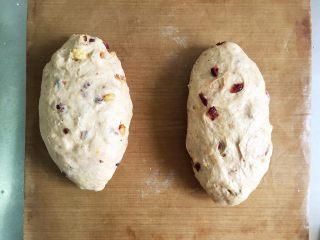 全麦核桃咖啡软欧包(液种发酵法),醒发好的面团,整形成自己喜欢的样子进行二次发酵,32度环境下发酵40分钟