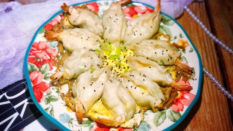 美味虾蛋报饺,鸡蛋煎熟之后,撒上葱花和黑芝麻,盖锅盖焖1分钟就可以出锅了。