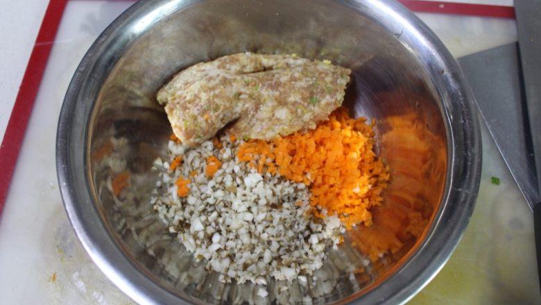 美味虾蛋报饺,所有的馅料放在一起拌匀