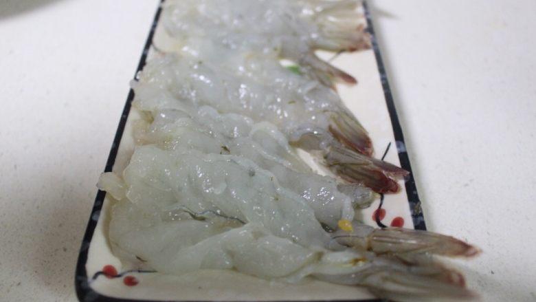 美味虾蛋报饺,将海虾从背部切开,不要切断,去掉虾线和虾泥,再用刀背将海虾背轻拍2下,这样是为了将虾筋拍断,这样不会卷曲