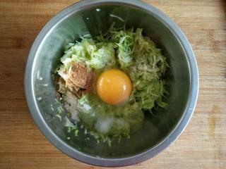 西葫芦塌子,在擦好的西葫芦丝中打入一个鸡蛋,加适量的盐,鸡精,和十三香粉。