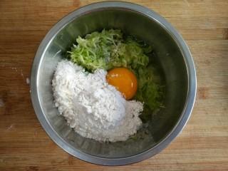 西葫芦塌子,然后加入适量面粉(普通面粉即可),想吃厚点的就多加的面粉,想吃薄点的就少加点面粉,根据个人爱好。