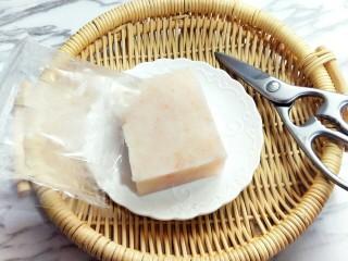#辅食计划#蒸出来的虾肉鸡蛋卷,将麟虾肉去掉外包装。