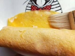 #辅食计划#蒸出来的虾肉鸡蛋卷,卷好后,接口处刷上少许蛋液。