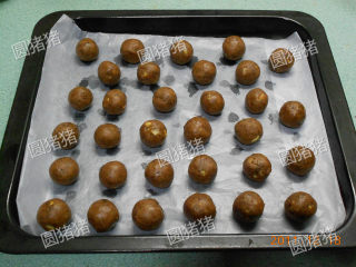 巧克力核桃雪球,搓成小圆球放烤盘上。
