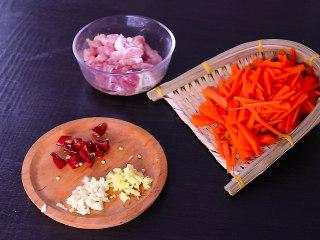 胡萝卜炒肉,将猪肉切丝,胡萝卜切丝,姜蒜切末,干辣椒切成段