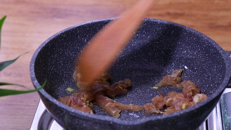 胡萝卜炒肉,再放入肉丝翻炒至颜色变白