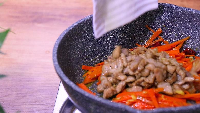 胡萝卜炒肉,放入肉丝翻炒均匀
