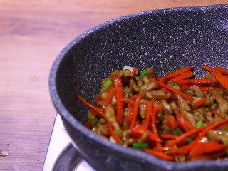 胡萝卜炒肉,最后撒上葱花即可