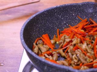 胡萝卜炒肉,加入生抽和鸡精快速翻炒均匀