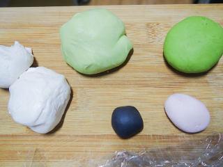 丑萌的青团,我们绿的不一样,各种颜色做好盖上保鲜膜或者布防止风干备用,我那个绿色做的太浓了…