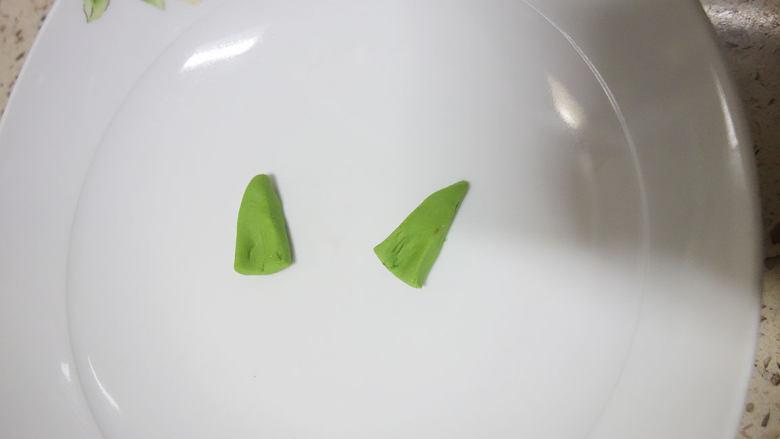 丑萌的青团,我们绿的不一样,用刀将面团切出两个三角形,用手稍微整一下型这就是耳朵了。