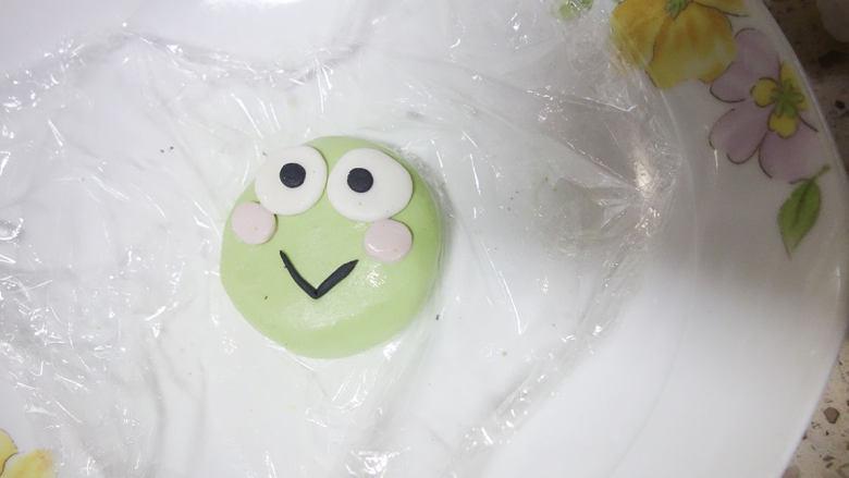 丑萌的青团,我们绿的不一样,绿色的团子加上白色的部分做眼睛。黑色的面团做成眼睛、嘴巴、粉色的做成腮红。
