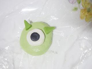 丑萌的青团,我们绿的不一样,独眼怪跟青蛙的做法差不多,用稍微深一些的绿色面团做成耳朵即可。