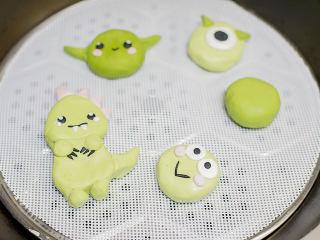 丑萌的青团,我们绿的不一样,水烧开放入蒸屉内蒸10分钟左右,要垫涂布或者防粘油纸哦。