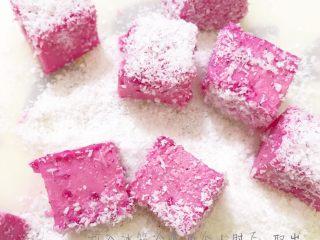 粉红火龙果牛奶小方,取出后切小块,均匀的沾裹上椰蓉,即可