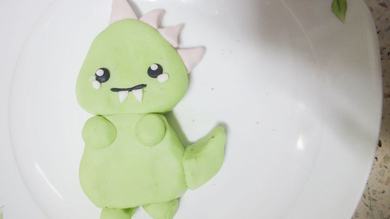 丑萌的青团,我们绿的不一样,爪子搓成条用牙签切下来。沾点水把爪子粘上去即可。
