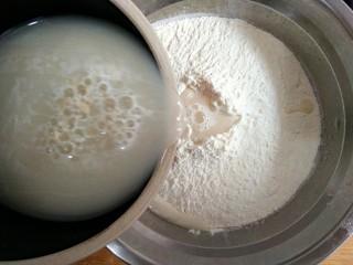 香菇油菜包,少量多次加入面粉中。