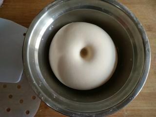香菇油菜包,醒发好的面团成原来2倍左右大,用手按下不回弹。