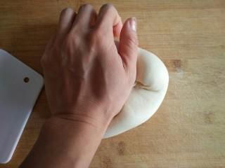 香菇油菜包,将面团取出揉一下排气。