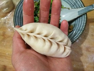 香菇油菜包,根据个人爱好包成各种形状。柳叶包。