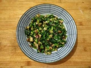香菇油菜包,炒好的馅料盛出备用。