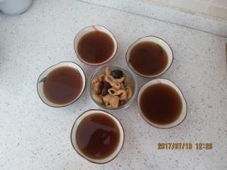 养颜圣品胶原满满的花胶冻,炖好以后加入红糖调味,然后滤出汤汁、