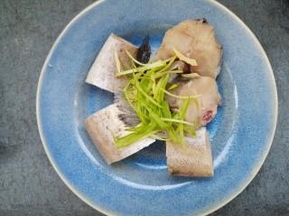 清蒸鳕鱼,把姜丝和葱丝放在鳕鱼上