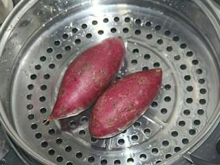 椰蓉紫薯草莓球,先把紫薯上锅蒸熟