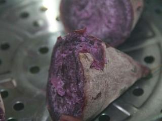 椰蓉紫薯草莓球,用筷子可以戳动,就是熟了