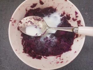 椰蓉紫薯草莓球,蒸熟的紫薯,用勺子压成泥,然后加一点牛奶,大约10g就够