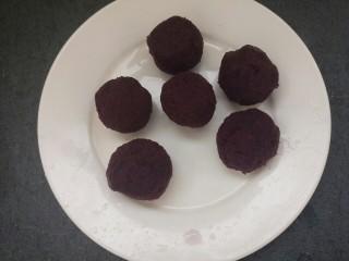 椰蓉紫薯草莓球,然后把紫薯泥团成团,大小差不多