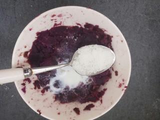 椰蓉紫薯草莓球,然后再加一勺糖,搅拌均匀