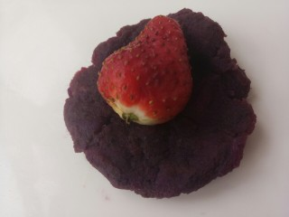 椰蓉紫薯草莓球,把紫薯团压扁,把草莓包进去
