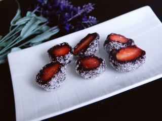 椰蓉紫薯草莓球,然后切开,里面的草莓就露出来了,好看
